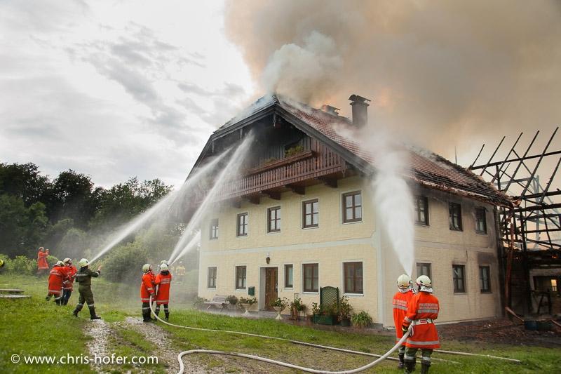 Brand in einem landwirtschaftlichen Anwesen in Dorfbeuern - vermutlich aufgrund von Blitzschlag, 2011-06-22; Foto: Chris Hofer