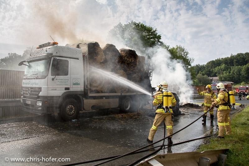Brand eines mit Strohballen beladenen LKWs, Mattsee, 2013-07-15; Foto: Chris Hofer